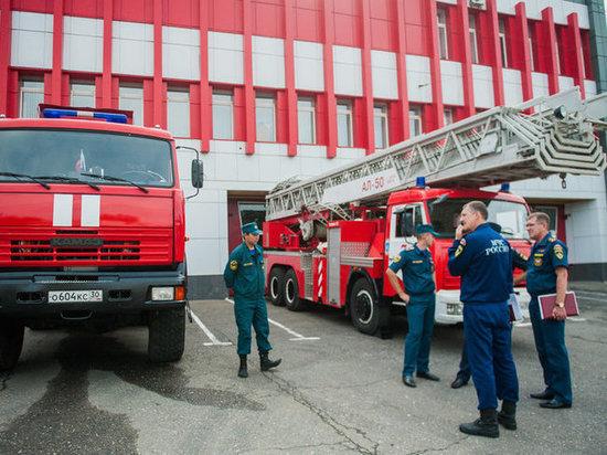 В центре Астрахани восемь пожарных тушили автомобиль