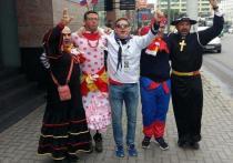 В Калининграде испанские болельщики устроили карнавал в женских платьях
