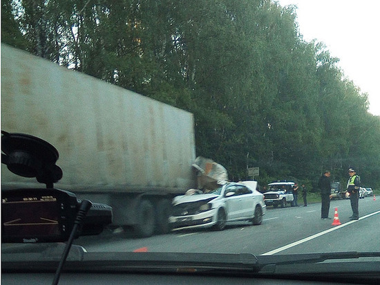 Сотрудник ГИБДД врезался в фуру на трассе в Чувашии