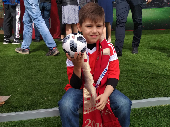 Шестилетний «суперболельщик» Миша Смолин носит протез с эмблемой «Спартака»