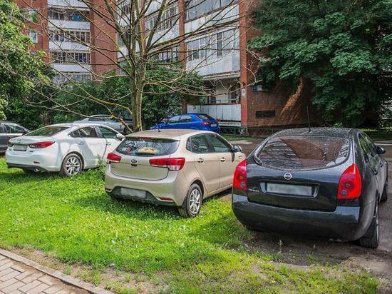 За парковку на газонах хотят снова штрафовать