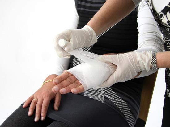 Эксперт дал советы, что делать при переломах и ушибах
