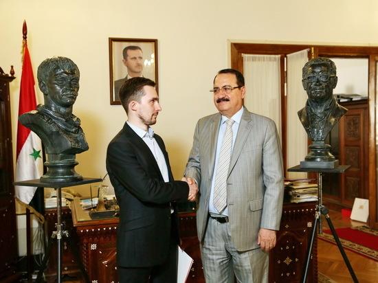 Послу Сирии вручили бюсты героя России и обезглавленного хранителя музея