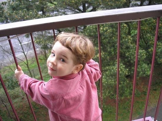 В Сызрани с балкона упал маленький ребенок