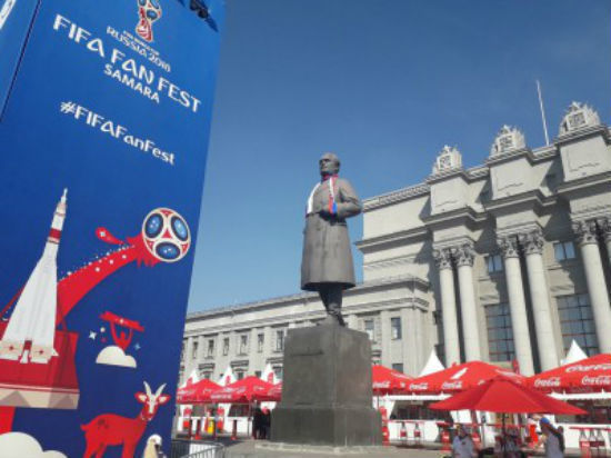На памятник на площади Куйбышева повязали фанатский шарф