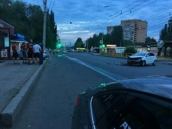 В Тольятти «Лада Веста» вылетела на автобусную остановку