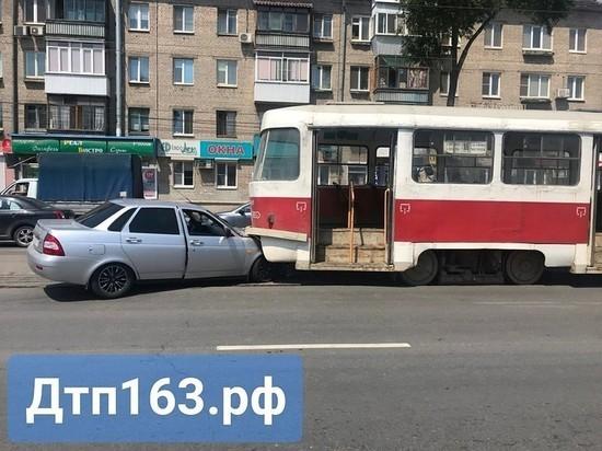В Самаре «Приора» залетела под трамвай
