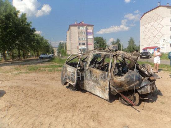 В центре Коряжмы взрывом разнесло машину с водителем