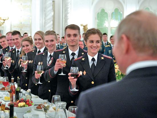 Президент выступил на выпускном у силовиков