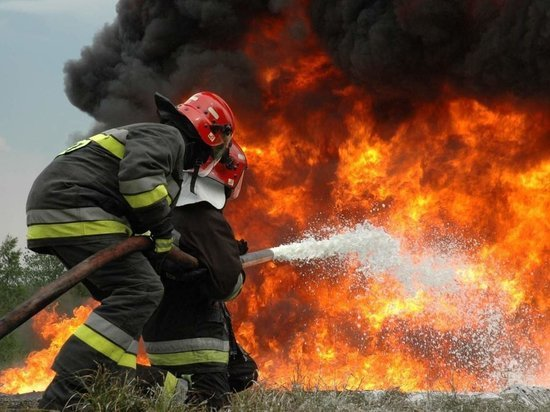 Астраханские пожарные спасли четверых людей из горящего дома