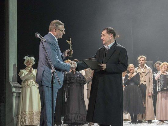 Бурков вручил вахтанговцам «Крылатого гения» на открытии фестиваля «Академия»