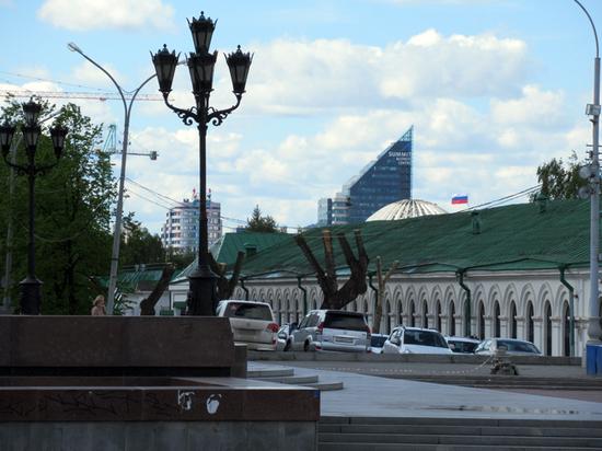 Прогулки по Екатеринбургу: на Плотинке «ямочный ремонт», горожан зовут на выборы Президента