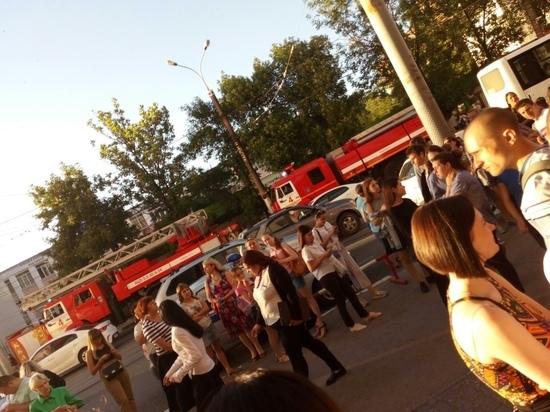 В Самаре эвакуировали людей из нескольких торговых центров и больницы Ерошевского