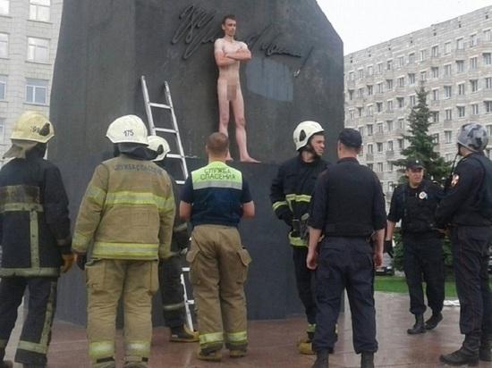 Голый мужик залез на Ленина в Архангельске