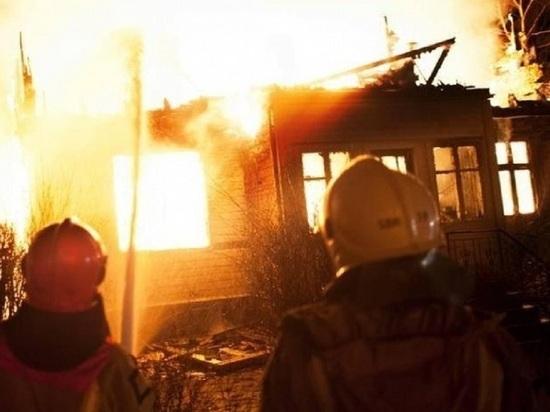 В Унежме под Онегой местные пытались отстоять у огня центр посёлка