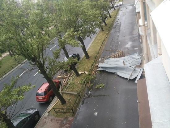 Часть крыши упала на улице Типанова