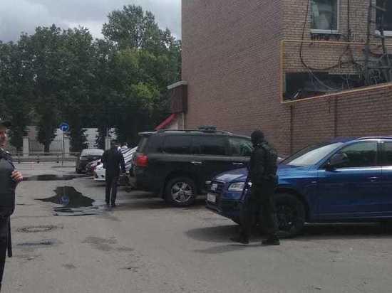 Прекращено движение транспорта по улице, где захватили заложника в магазине