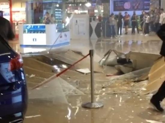 Появилось видео из ТЦ Иркутска, где из-за ливней обрушился потолок