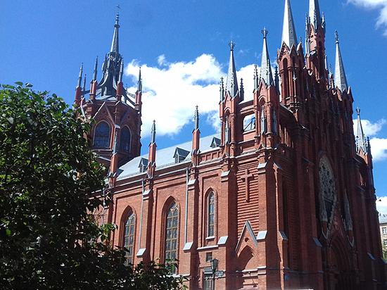 Болельщики-католики молятся за победу своих сборных на Малой Грузинской