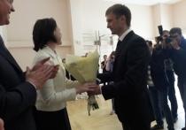 Алексей Фадин подарил мэру Омска Оксане Фадиной букет на глазах у журналистов