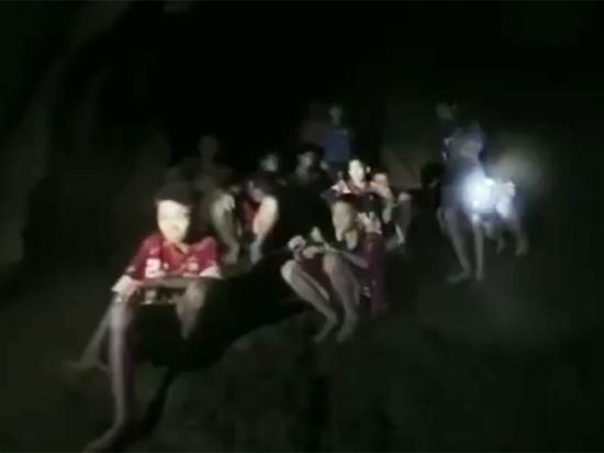 Таиланд: изпещеры спасли четверых детей, родственников кним непускают