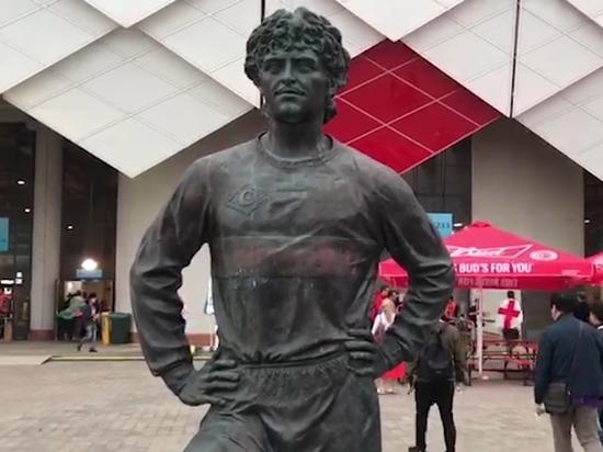 Английские фанаты осквернили памятник Черенкову у стадиона