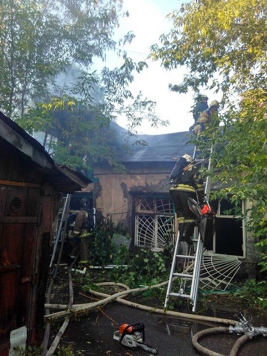 Пожар уничтожил деревянный жилой дом 11А на улице Ошарской