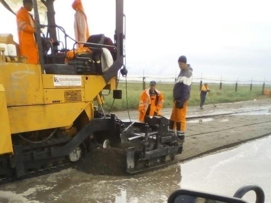 Директор «СтройСервиса» в Омске назвал укладку асфальта в лужи технологией