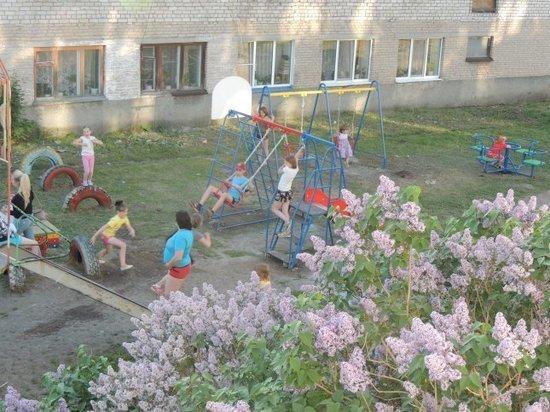 В Белоярском городском округе по просьбе жителей обустроили детскую площадку