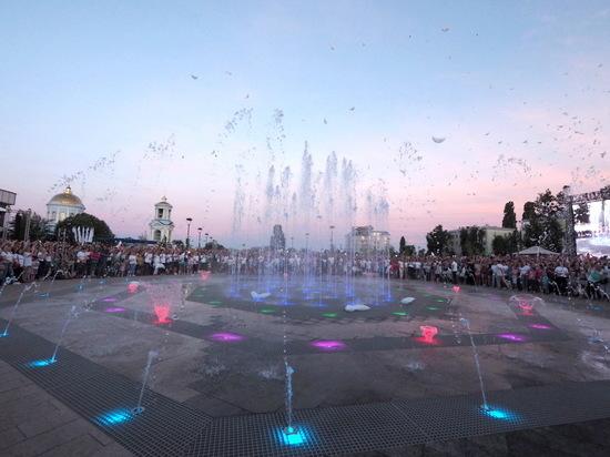 Фонтаны эмоций: тысячи воронежцев пришли на открытие обновленной Советской площади