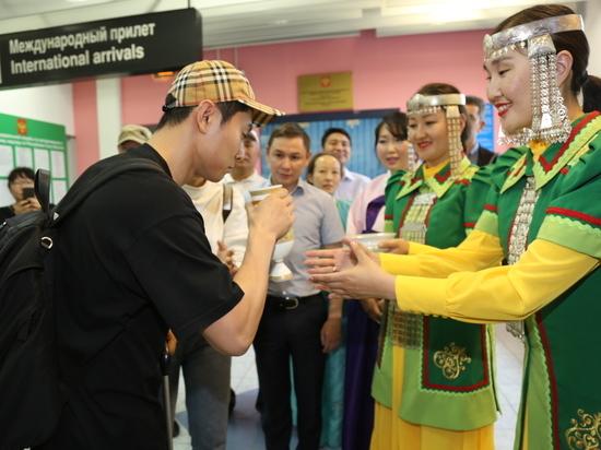 Виктор Ан в аэропорту Якутск впервые попробовал якутскую лепешку