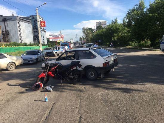 Мотоциклист сделал тройное сальто, протаранив машину в Бийске