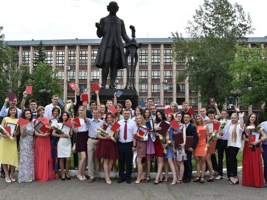 Ректор АлтГТУ вручил дипломы лучшим выпускникам вуза