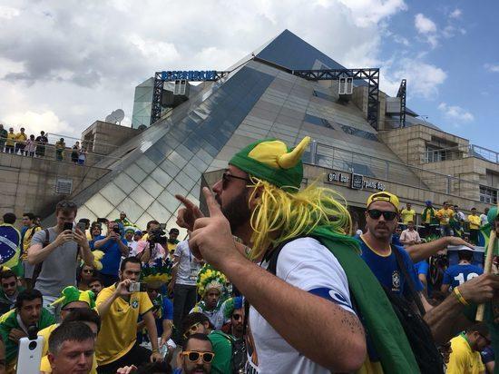 В Казани бразильские болельщики с песнями ждали свою сборную у гостиницы