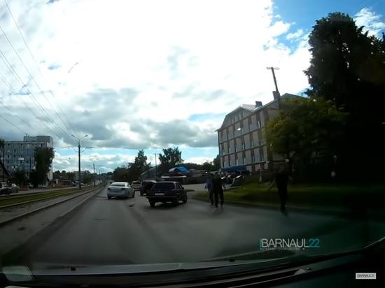 Дорожные разборки в Барнауле: «Трое с битами против ствола» (видео)