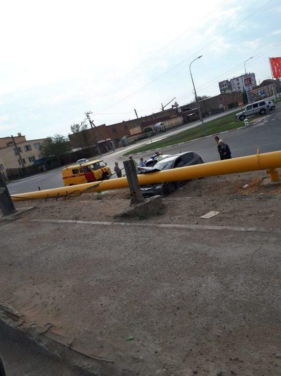 Астраханка вписалась в газопровод во время движения