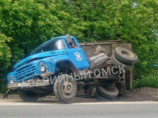 В Омске на дороге развалился грузовик с «Единой Россией»
