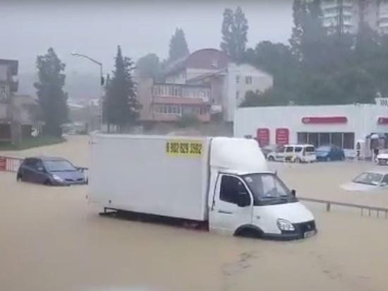 Наводнение в Сочи перед матчем Россия-Хорватия: люди побросали затопленные машины