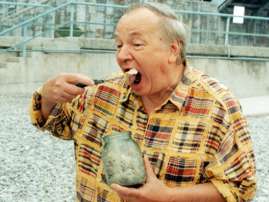 Как банка с домашними варениками порадовала на крымском пляже Андрея Вознесенского