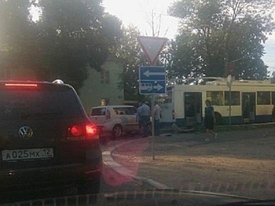 В Саранске легковушка врезалась в троллейбус
