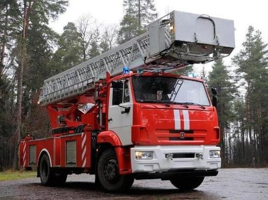 60 человек тушили большой пожар на пилораме в Твери