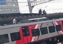 Неадекватный пассажир полчаса бегал по крыше электрички в Химках