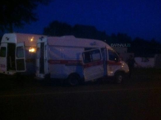 В Барнауле микроавтобус протаранил автомобиль «Скорой помощи»