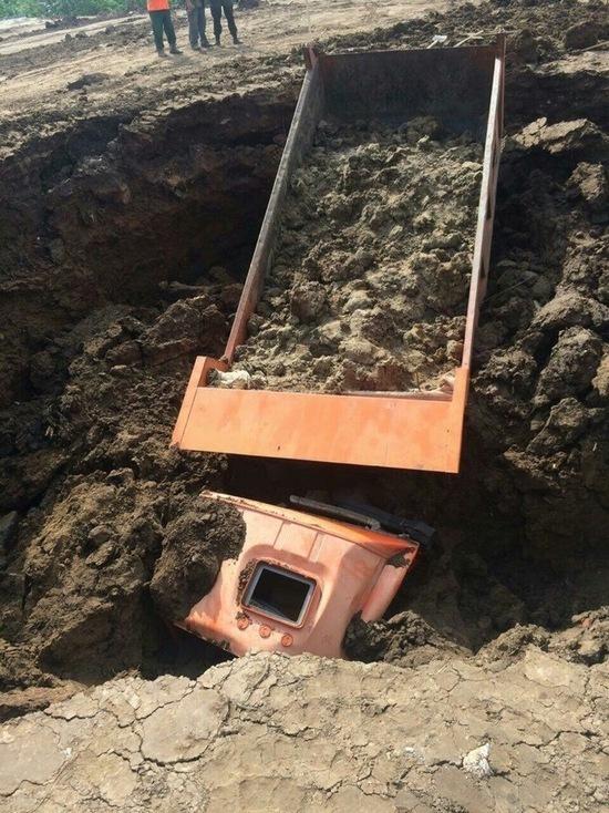 В Чебоксарах КамАЗ провалился в тоннель старого бомбоубежища, водитель погиб