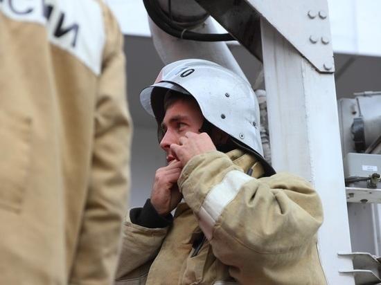 В Казани загорелась крыша автомойки