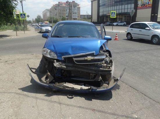 В Астрахани водитель влетела в иномарку: двое госпитализированы