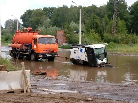 В Твери неуклюже машины поплыли по лужам
