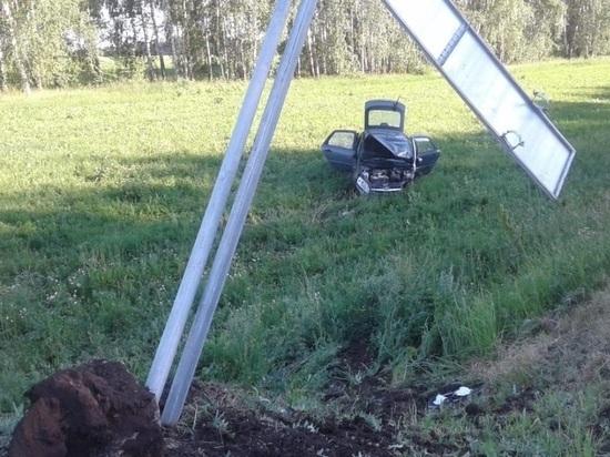 В Татарстане легковушка снесла дорожный знак и оказалась в кювете, пострадали три человека