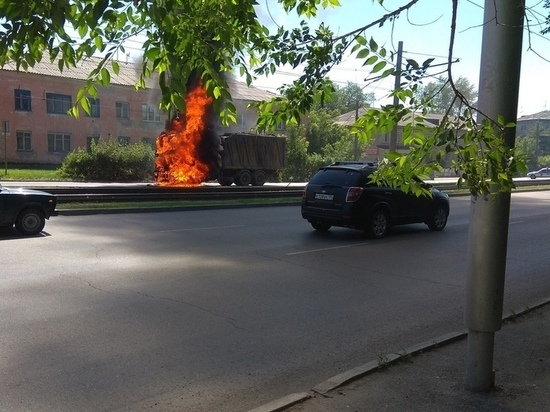 Стала известна причина возгорания грузовика на ходу в Барнауле
