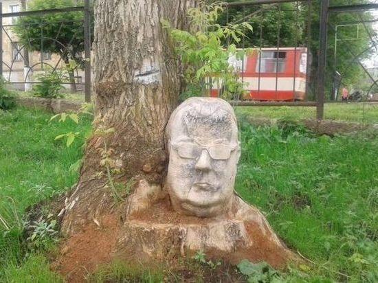 В Кирове неизвестный автор вырезал голову из дерева